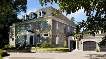 maison-pierre-grise-garages-noirs-realisations-andre-rousseau-construction